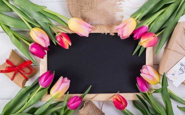 Quadro quadro decorado por tulipas e caixas de presente Foto gratuita
