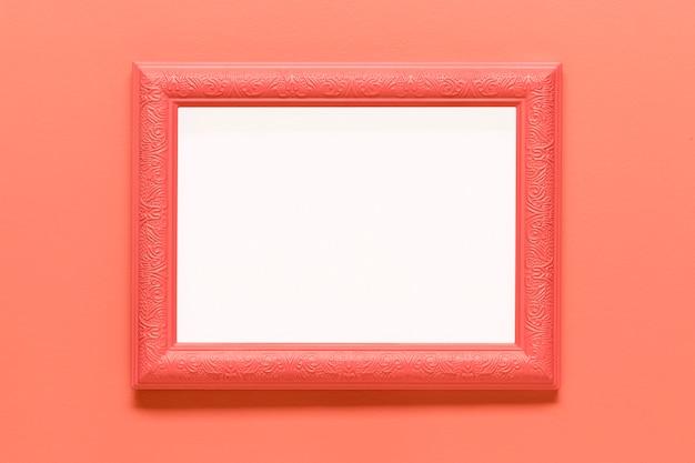 Quadro rosa em branco sobre fundo colorido Foto gratuita