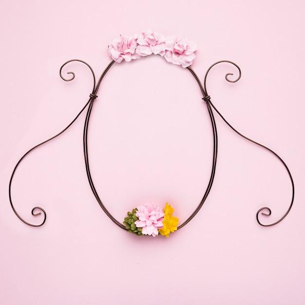 Quadro vazio decorativo de flor artesanal em pano de fundo-de-rosa Foto gratuita
