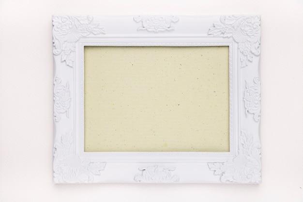 Quadro verde menta com borda de madeira floral branca isolada no pano de fundo branco Foto gratuita