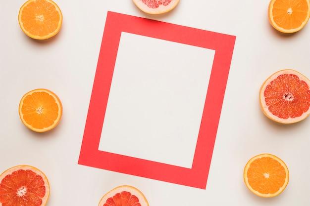 Quadro vermelho e laranja suculenta fatiada na superfície branca Foto gratuita