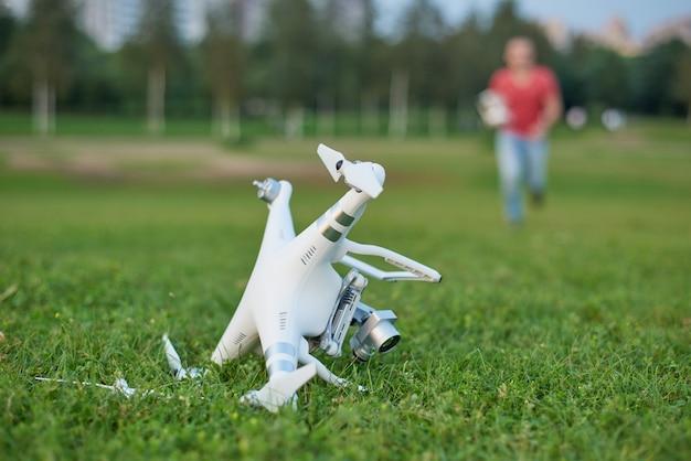 Quadrocopter deixado de funcionar no parque. danos na hélice. operador em execução Foto Premium