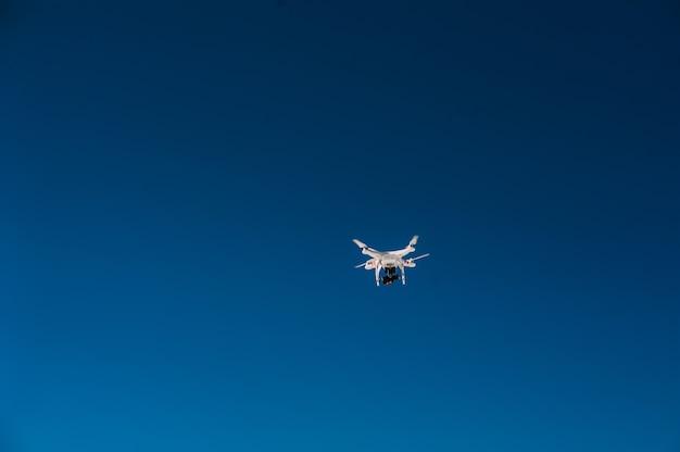 Quadrocopter. nova ferramenta para fotos e vídeos aéreos Foto Premium