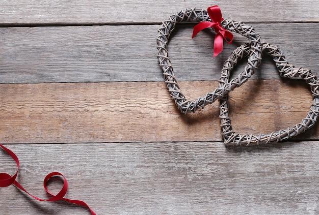 Quadros em forma de coração e fita vermelha Foto gratuita