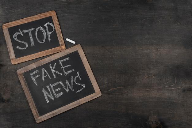 Quadros negros de notícias falsas de vista superior com espaço de cópia Foto gratuita