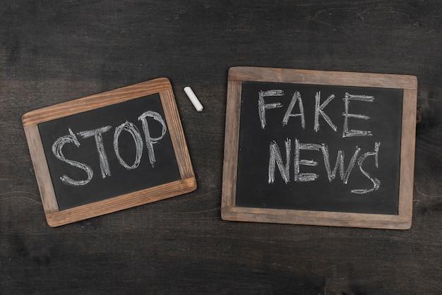 Quadros negros de notícias falsas Foto gratuita
