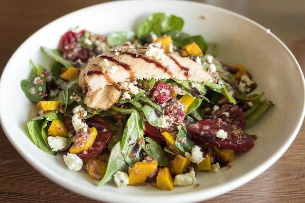 Quanoi e salada de legumes Foto Premium