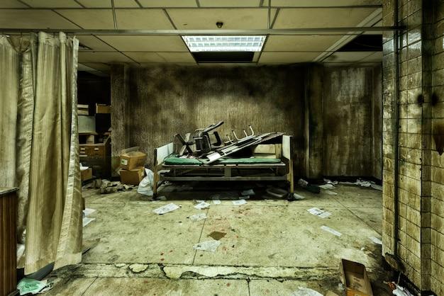 Quarto abandonado bagunçado no hospital psiquiátrico Foto gratuita
