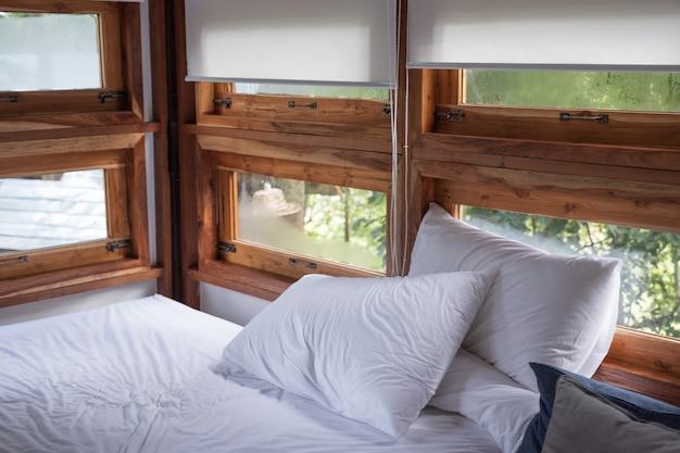 Quarto acolhedor interior em casa de madeira de manhã Foto Premium