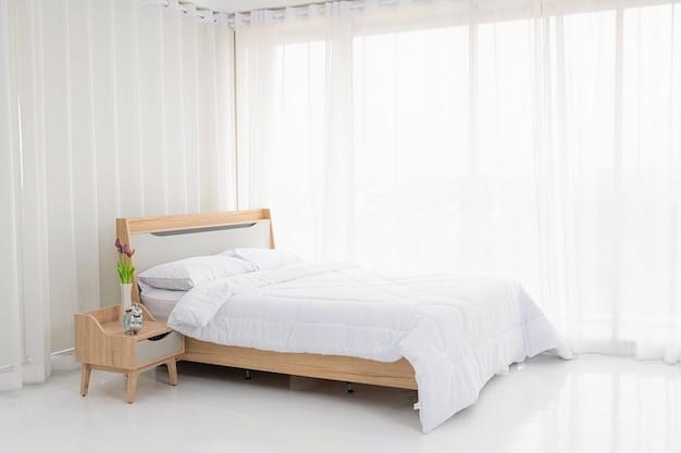 Quarto branco interior com cortinas brancas Foto Premium