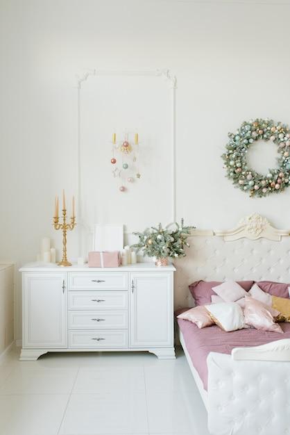 Quarto clássico elegante decorado para o natal Foto Premium