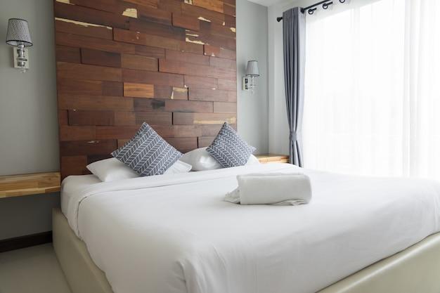 Quarto com cama e travesseiros Foto Premium