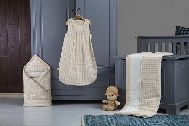 Quarto de bebê moderno em branco com cama, estante e tapete Foto Premium