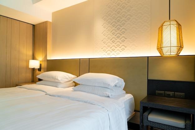Quarto de hotel de luxo com travesseiros macios Foto Premium