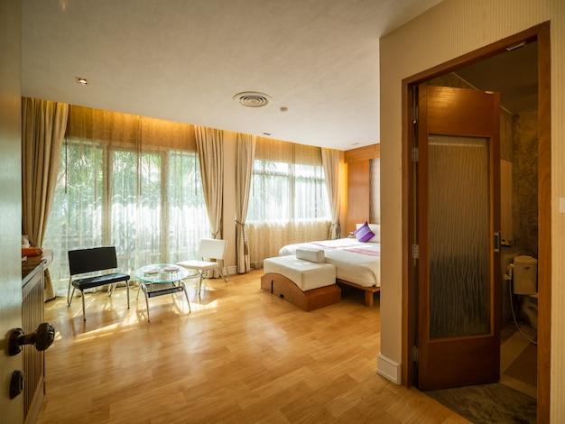 Quarto de luxo com luz quente do resort hotel Foto Premium