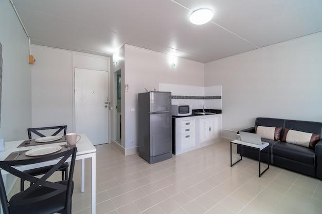 Quarto de luxo interior com sofá de couro da sala de estar e cozinha na mesma área Foto Premium