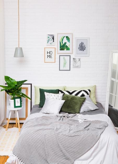 Quarto interior casa cama estilo espelho vertical Foto Premium