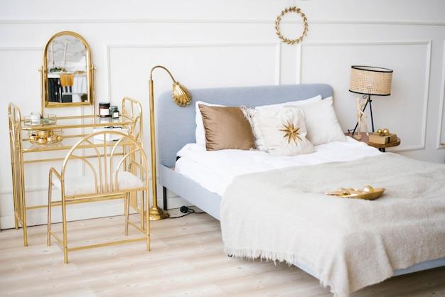 Quarto moderno clássico com cama em cores vivas Foto Premium