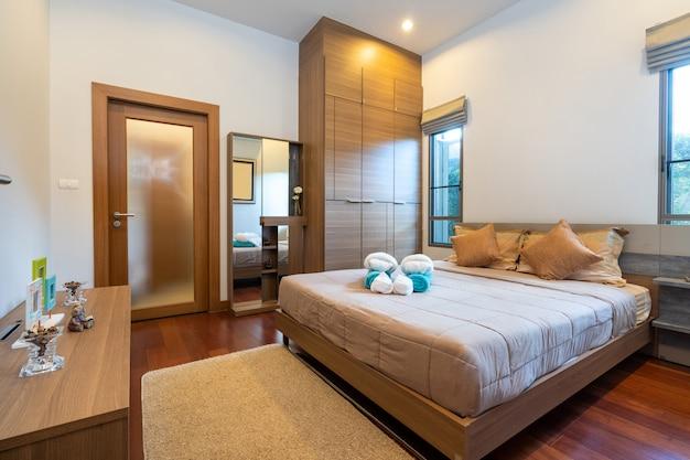 Quarto moderno com mesa de trabalho e roupa de cama Foto Premium