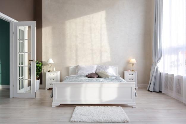 Quarto moderno e elegante com design minimalista em um interior luxuoso e caro de um apartamento em plano aberto em cores claras. Foto Premium