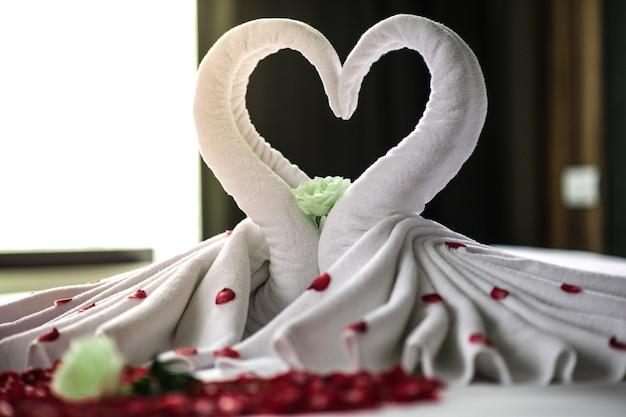 Quarto, noiva noivo, quarto luxo, linho branco, cisne branco, vermelho, pétala, coração vermelho Foto Premium