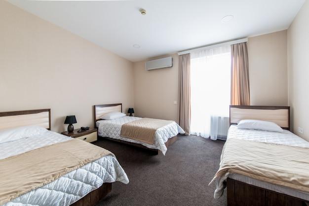 Quarto triplo em hotel moderno Foto Premium