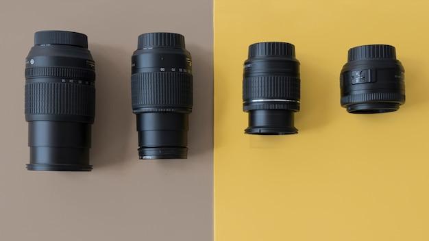 Quatro diferentes lentes de câmera profissional em fundo duplo Foto gratuita