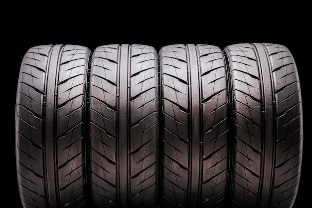 Quatro pneus esportivos para a temporada de verão, isolado. para automóveis de passageiros, tuning e peças de reposição Foto Premium