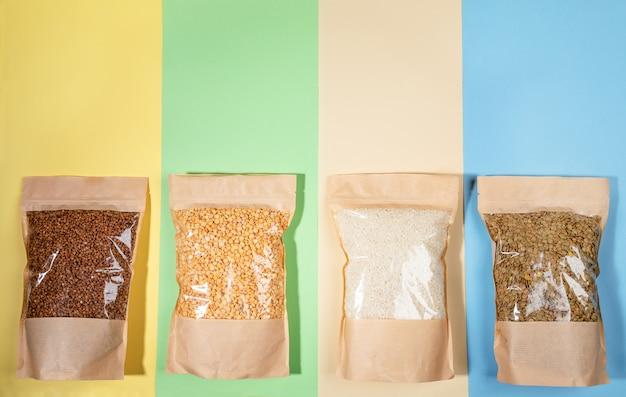 Quatro sacos de papel com grumos Foto Premium