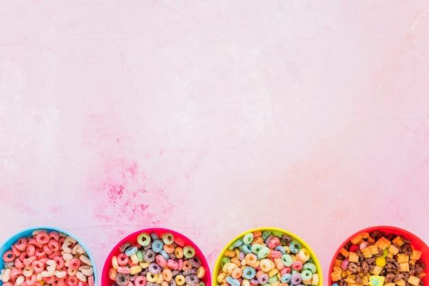 Quatro taças com cereais na mesa Foto gratuita