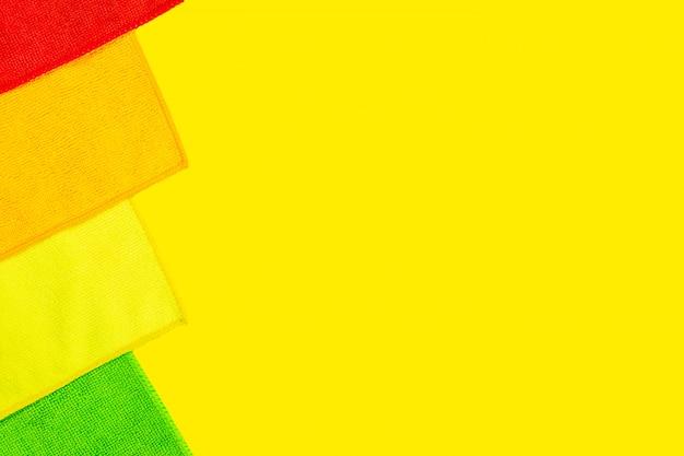 Quatro tecidos em pó de microfibra ficam em amarelo brilhante Foto Premium