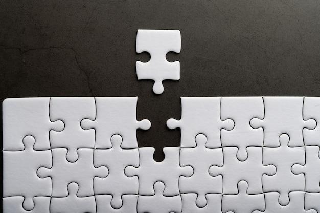 Quebra-cabeça com peça que faltava. faltam peças do quebra-cabeça Foto gratuita