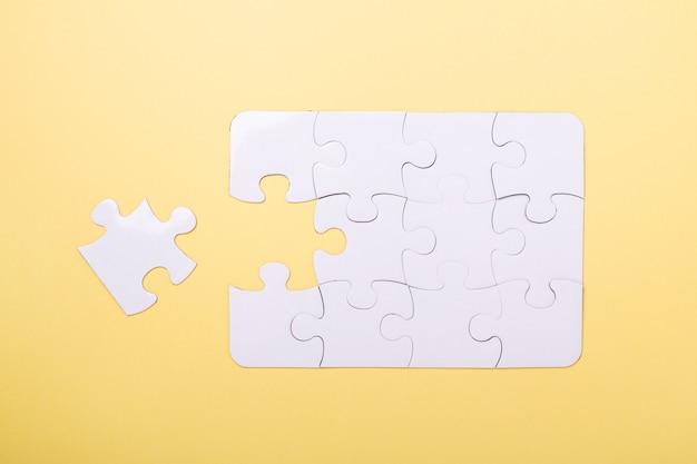Quebra-cabeça de última peça quebra-cabeça branca Foto Premium
