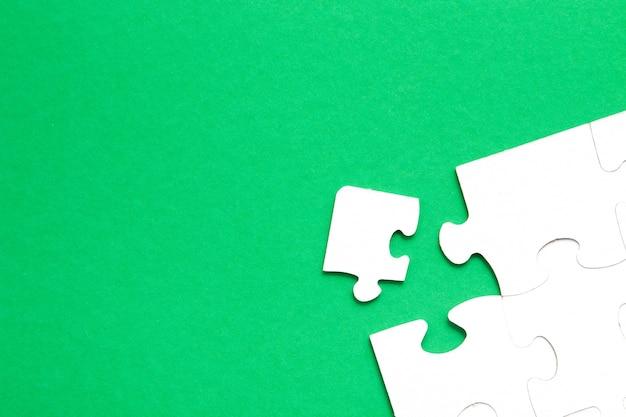 Quebra-cabeça inacabado feito de papelão branco isolado Foto Premium