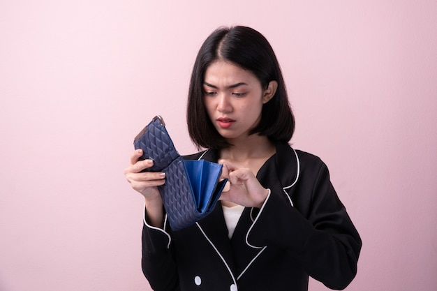 Quebrou as mulheres asiáticas abrir bolsa vazia isolada no fundo Foto Premium