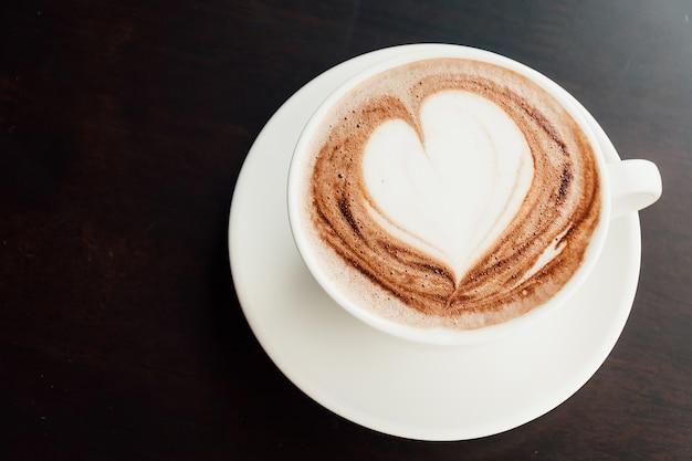 Queda cappucino leite morno espuma Foto gratuita