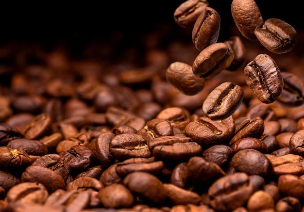 Queda de grãos de café. Foto Premium