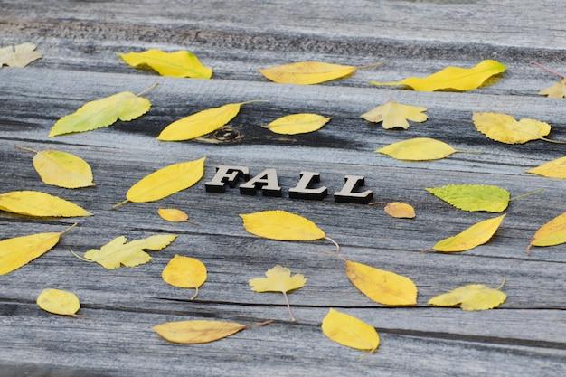 Queda de inscrição em um fundo de madeira Foto Premium