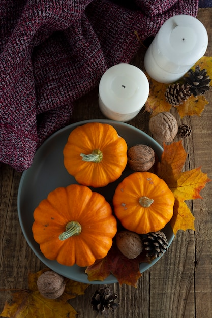 Queda, outono de ação de graças com abóbora laranja em placa de madeira rústica fundo plano leigos copyspace Foto Premium