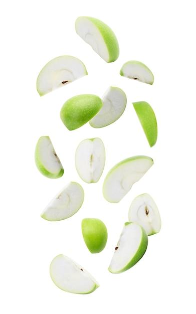 Queda verde madura da maçã da fatia isolada no branco com trajeto de grampeamento. Foto Premium