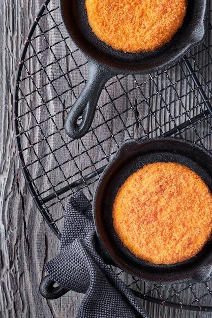 Queijo camembert cozido em pequenas frigideiras de ferro fundido Foto Premium