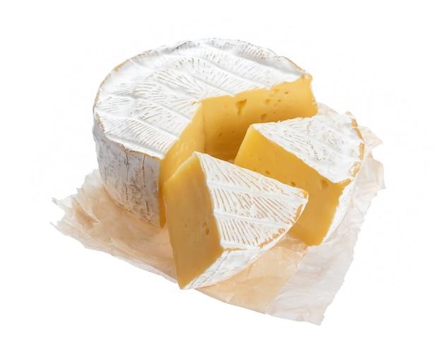 Queijo camembert ou brie isolado na superfície branca com traçado de recorte Foto Premium
