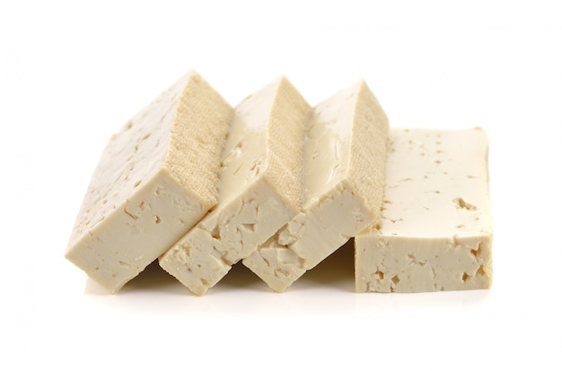 Queijo de tofu em fundo branco Foto Premium