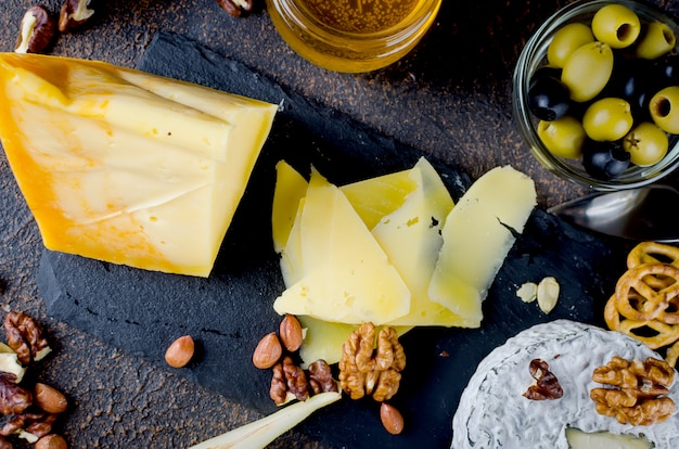 Queijo fatiado, queijo com mofo, queijo duro Foto Premium