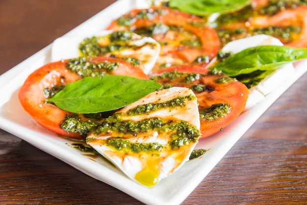 Queijo mussarela tomate fresco Foto gratuita