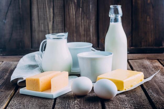 Queijo, ovos, leite, queijo cottage, iogurte, creme e manteiga Foto Premium