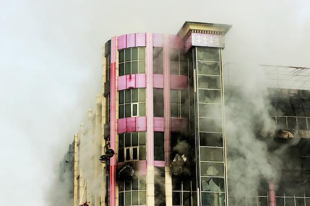 Queima de shopping center ou shopping com fumaça Foto gratuita