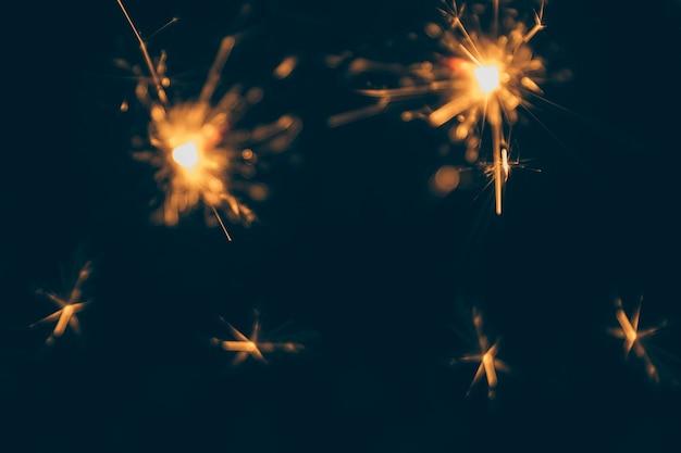 Queimando fogos de natal isolado no pano de fundo escuro Foto gratuita