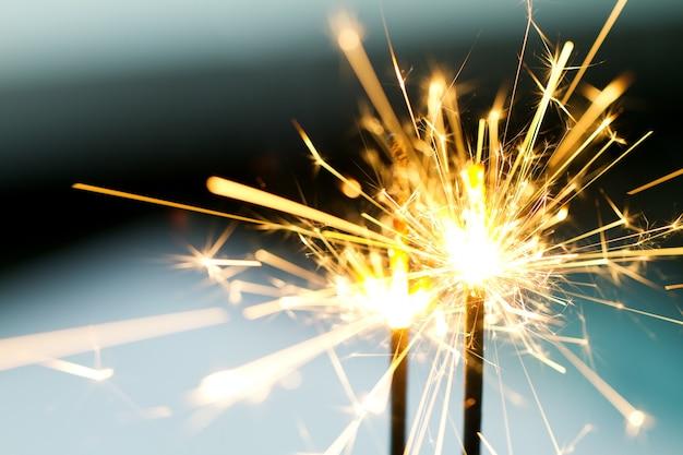 Queimando sparklers na noite Foto gratuita