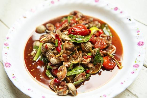Quente e picante marisco sangue berbigões salada mix vegetal tomate erva e especiarias estilo tailandês comida Foto Premium